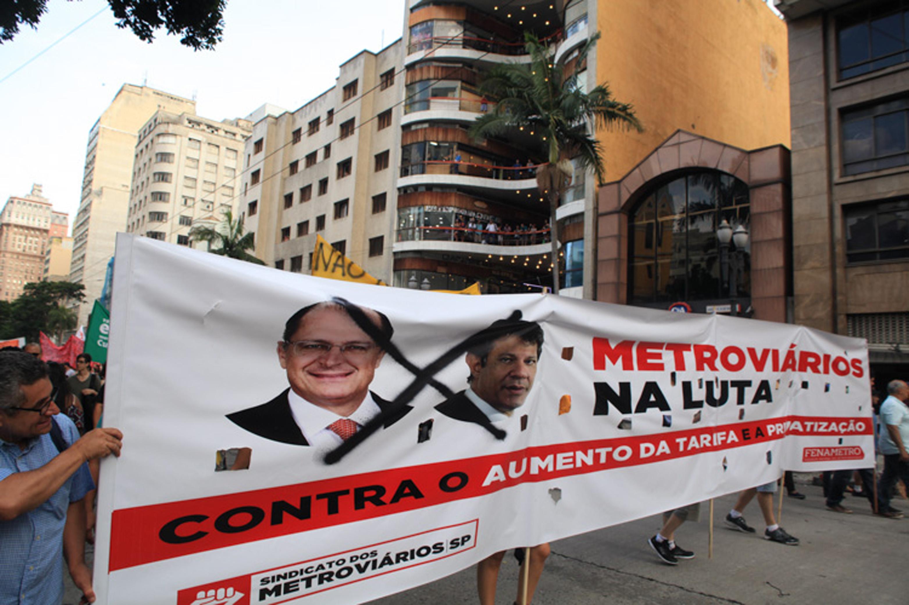 São Paulo (SP), 08/01/2016 - Protesto contra o aumento das tarifas dos transportes em São Paulo reuniu milhares de pessoas no centro da capital e terminou em confronto entre policiais militares e os manifestantes. Foto: Paulo Iannone/FramePhoto