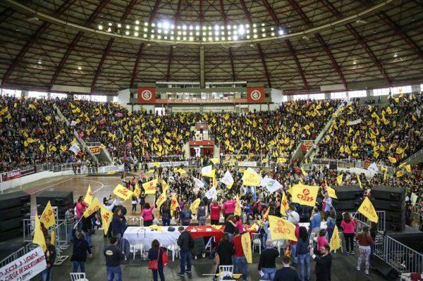 Assembleia da categoria mobiliza milhares de professores