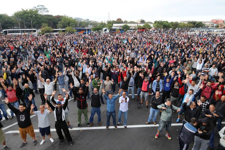 Em assembleia realizada na manhã de segunda-feira, 14, os trabalhadores na Mercedes-Benz, em São Bernardo do Campo, aprovam greve. Fotos: Edu Guimarães/SMABC