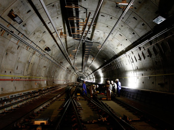 SUBTERRANEOS003/SÃO PAULO/SP 10/11/2010 SUPLEMENTO ESPECIAL CADERNO FOCAS.Na fotofuncionários da empresa Odebrecht trabalham em alinhamento de  trilhos dentro do  tunel em obras da estação Luz do metrô Linha Amarela.FOTO EPITACIO PESSOA/AE